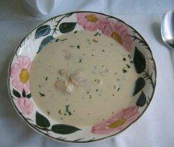 гъбена супа в чиния