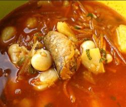Рибена супа от хек с картофи и домати в жълта купа