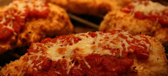 Пилешки гърди на фурна с доматен сос и сиренца