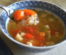 Зеленчукова супа с целина, пресен лук и карфиол в синя купа