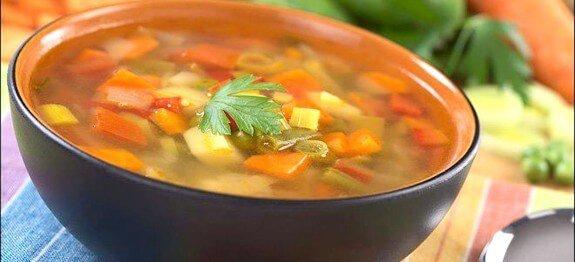 Зеленчукова супа с картофи, моркови и ориз в черна купа