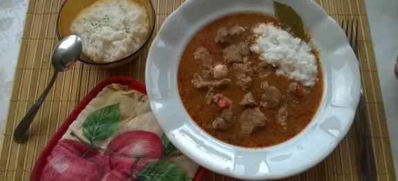 Винен кебап в бяла чиния с ориз