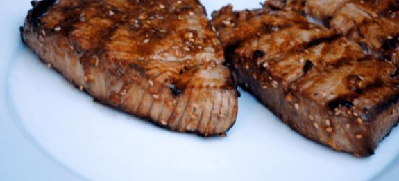 Филе от маринована риба тон с мед и канела в бяла чиния