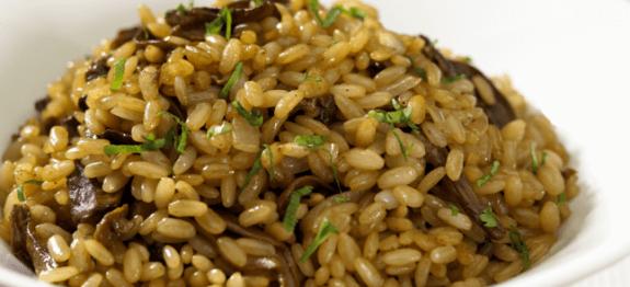 Гъби с ориз на фурна в бяла чиния