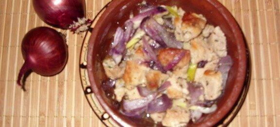 Свинско месо с лук в гювече