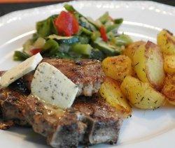 Агнешко с картофи и салата в бяла чиния