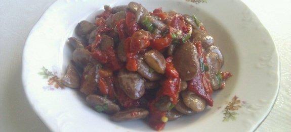 червен салатен боб в чиния