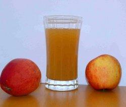 ябълков сок в чаша върху плот
