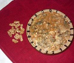 Яхния от коприва и орехи в чиния