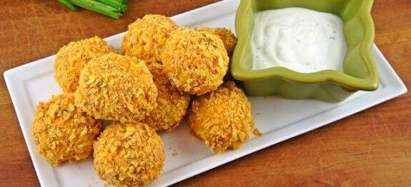 пилешки хапки с чеснов сос и корнфлейкс