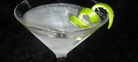 коктейл с джин и сода в чаша