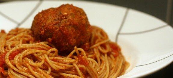 Спагети с кюфтенца с чиния
