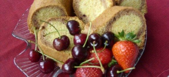 Кекс декориран с череши и ягоди