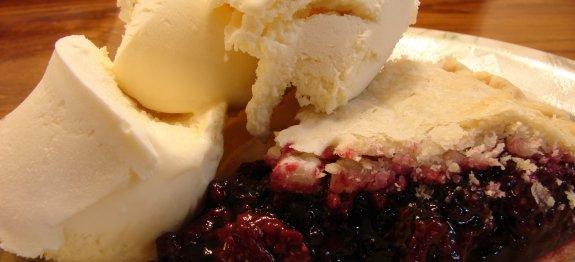 пирог с къпини и сладолед