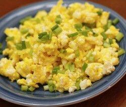 Бъркани яйца със зелен лук