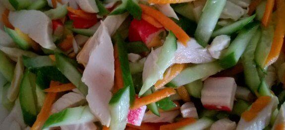 салата със зеленчуци, пилешко и раци